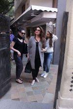 Kareena Kapoor, Karisma Kapoor and Amrita Arora snapped post lunch on 24th Nov 2016 (31)_5838486f09237.JPG