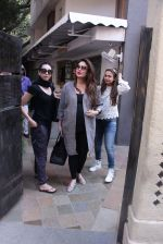 Kareena Kapoor, Karisma Kapoor and Amrita Arora snapped post lunch on 24th Nov 2016 (32)_583848279f5dd.JPG