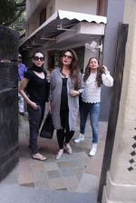 Kareena Kapoor, Karisma Kapoor and Amrita Arora snapped post lunch on 24th Nov 2016 (33)_583847fbe8f35.JPG