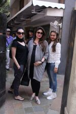 Kareena Kapoor, Karisma Kapoor and Amrita Arora snapped post lunch on 24th Nov 2016 (35)_5838482843155.JPG
