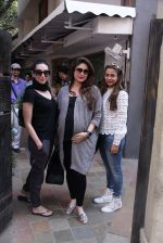 Kareena Kapoor, Karisma Kapoor and Amrita Arora snapped post lunch on 24th Nov 2016 (36)_5838486f9c62e.JPG