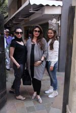 Kareena Kapoor, Karisma Kapoor and Amrita Arora snapped post lunch on 24th Nov 2016 (38)_583847fc7c909.JPG