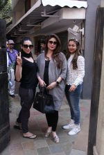 Kareena Kapoor, Karisma Kapoor and Amrita Arora snapped post lunch on 24th Nov 2016 (42)_583848703e59f.JPG