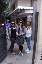 Kareena Kapoor, Karisma Kapoor and Amrita Arora snapped post lunch on 24th Nov 2016 (45)_583847fda2a9d.JPG