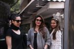 Kareena Kapoor, Karisma Kapoor and Amrita Arora snapped post lunch on 24th Nov 2016 (48)_58384870cd93f.JPG