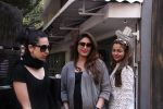 Kareena Kapoor, Karisma Kapoor and Amrita Arora snapped post lunch on 24th Nov 2016 (49)_583847fe39b16.JPG