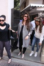 Kareena Kapoor, Karisma Kapoor and Amrita Arora snapped post lunch on 24th Nov 2016 (56)_583847ff51e9b.JPG