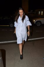Neha Dhupia snapped at airport on 24th Nov 2016 (52)_58384268355b1.JPG