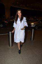 Neha Dhupia snapped at airport on 24th Nov 2016 (54)_58384269f00f7.JPG