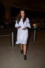 Neha Dhupia snapped at airport on 24th Nov 2016 (55)_5838426ad36cb.JPG
