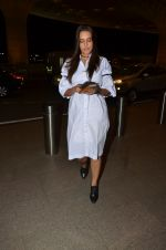 Neha Dhupia snapped at airport on 24th Nov 2016 (57)_5838426c8c4a1.JPG