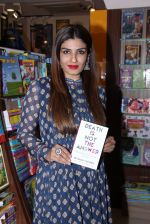 Raveena Tandon launches Anjali Chabbria_s book in Mumbai on 24th Nov 2016 (198)_583849fdba275.JPG