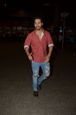 Varun Dhawan snapped at airport on 24th Nov 2016 (33)_58384275ee94f.JPG