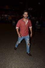 Varun Dhawan snapped at airport on 24th Nov 2016 (34)_5838427696fd3.JPG
