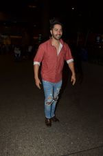 Varun Dhawan snapped at airport on 24th Nov 2016 (35)_5838427741f30.JPG