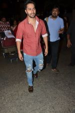 Varun Dhawan snapped at airport on 24th Nov 2016 (37)_583842789f411.JPG