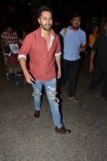 Varun Dhawan snapped at airport on 24th Nov 2016 (38)_58384279385e1.JPG