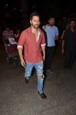 Varun Dhawan snapped at airport on 24th Nov 2016 (39)_58384279d9efc.JPG