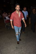 Varun Dhawan snapped at airport on 24th Nov 2016 (40)_5838427a7c59a.JPG