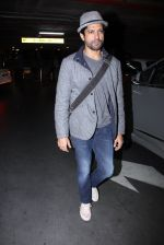 Farhan Akhtar snapped at airport on 27th Nov 2016 (10)_583bd6aec9a5c.JPG