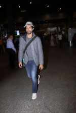 Farhan Akhtar snapped at airport on 27th Nov 2016 (12)_583bd6b012f8f.JPG