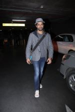 Farhan Akhtar snapped at airport on 27th Nov 2016 (15)_583bd6b1de7ac.JPG