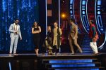 Ranveer Singh and Vaani Kapoor on the sets of Super Dancer on 27th Nov 2016 (115)_583bde138f35e.JPG