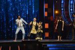 Ranveer Singh and Vaani Kapoor on the sets of Super Dancer on 27th Nov 2016 (119)_583bde14bed77.JPG