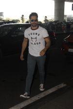 Varun Dhawan snapped at airport on 27th Nov 2016 (10)_583bd63905f36.JPG