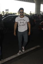 Varun Dhawan snapped at airport on 27th Nov 2016 (11)_583bd6399c007.JPG
