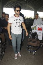 Varun Dhawan snapped at airport on 27th Nov 2016 (14)_583bd63b4e72a.JPG