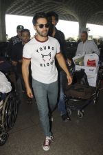 Varun Dhawan snapped at airport on 27th Nov 2016 (15)_583bd63bd79f7.JPG