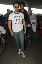 Varun Dhawan snapped at airport on 27th Nov 2016 (16)_583bd63c6f221.JPG