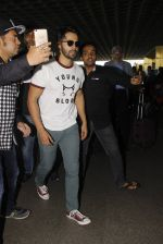 Varun Dhawan snapped at airport on 27th Nov 2016 (9)_583bd63855376.JPG