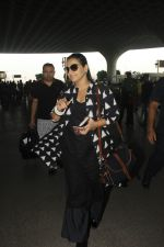 Vidya Balan snapped at Airport on 27th Nov 2016 (16)_583bcea00b950.JPG