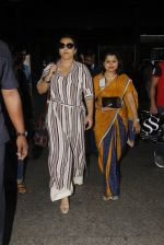 Vidya Balan snapped at airport on 27th Nov 2016 (52)_583bd64938be8.JPG