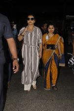 Vidya Balan snapped at airport on 27th Nov 2016 (53)_583bd649c9029.JPG
