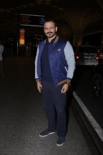 Vivek Oberoi snapped at airport on 27th Nov 2016 (42)_583bd6d611cb5.JPG