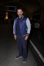 Vivek Oberoi snapped at airport on 27th Nov 2016 (43)_583bd6d696645.JPG