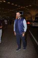 Vivek Oberoi snapped at airport on 27th Nov 2016 (44)_583bd6d72a08c.JPG