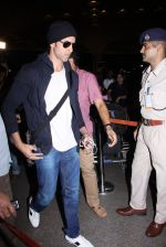 Hrithik Roshan snapped at airport on 28th Nov 2016 (10)_583d2942145c2.JPG