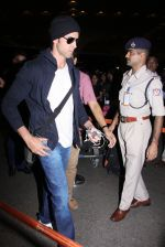 Hrithik Roshan snapped at airport on 28th Nov 2016 (11)_583d29429c672.JPG