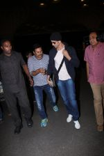 Hrithik Roshan snapped at airport on 28th Nov 2016 (3)_583d293df3c59.JPG