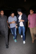 Hrithik Roshan snapped at airport on 28th Nov 2016 (4)_583d293e8b072.JPG