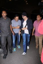 Hrithik Roshan snapped at airport on 28th Nov 2016 (5)_583d293f25dcf.JPG