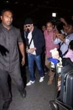 Hrithik Roshan snapped at airport on 28th Nov 2016 (8)_583d2940e3d0d.JPG