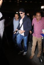 Hrithik Roshan snapped at airport on 28th Nov 2016 (9)_583d29417a4e1.JPG