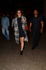 Kangana Ranaut snapped at airport on 28th Nov 2016 (28)_583d2950add13.JPG