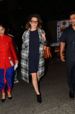 Kangana Ranaut snapped at airport on 28th Nov 2016 (29)_583d29519c386.JPG