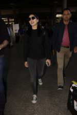 Sunny Leone snapped at airport on 28th Nov 2016 (36)_583d259bd5f10.JPG